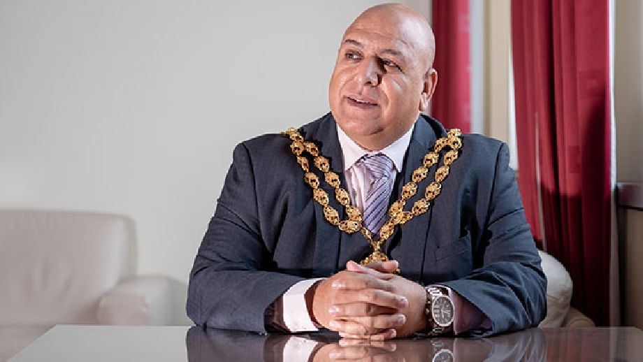 Oldham Mayor 1, cropped