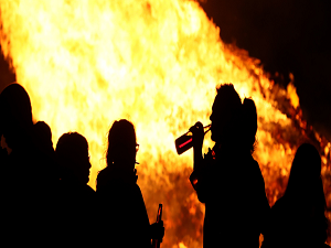 Police withdraw from standoff over north Belfast bonfire - Q Radio